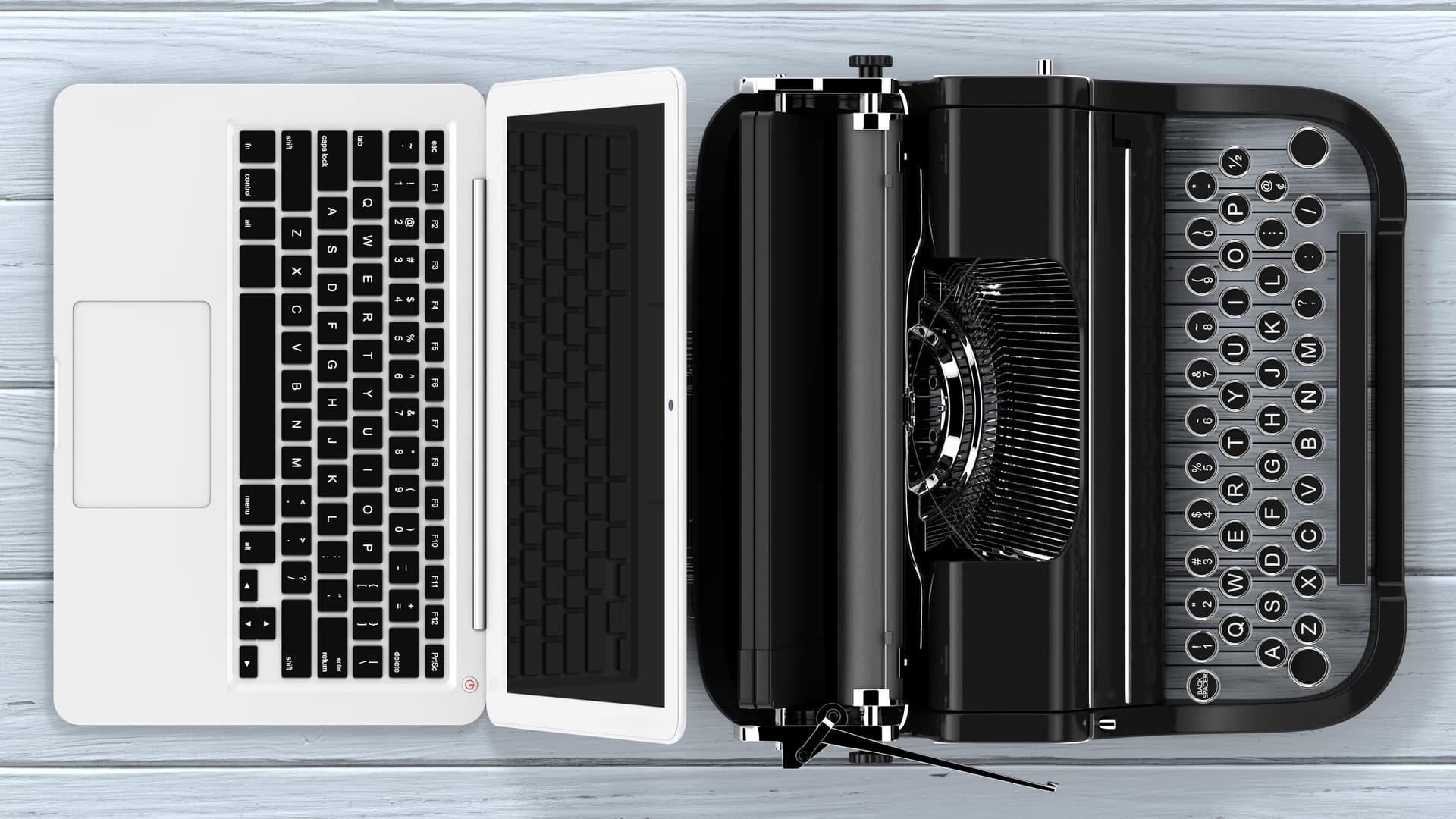 computer moderno e macchina da scrivere